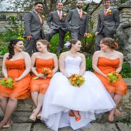 Оранжевая свадебная одежда для невесты онлайн-Горячий оранжевый без бретелек выстрел невесты Платья груди ruched шифон колен дешевые country beach свадебное платье с цветами плюс размер пром