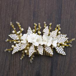 keltische hochzeit haarkämme Rabatt White Pearl Flower Kamm Kopfschmuck, Brautkleid Blume Accessoires Braut Haarschmuck Kamm, schicken Sie Geschenke an Verwandte und Freunde