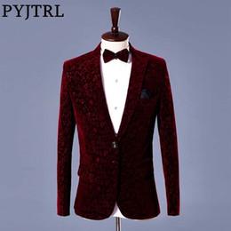 Disfraces de vino online-PYJTRL Hombres Otoño Invierno Vino de terciopelo rojo Estampado floral Traje de boda Chaqueta Slim Fit Blazer Diseños Trajes de escenario para cantantes