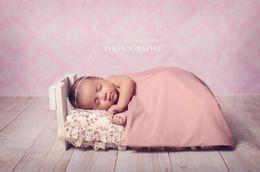 Damast fotografie hintergrund online-tudio fotografie kulissen Vintage chic pink damast wand foto hintergrund mit holzboden, Neugeborenen baby geburtstag studio fotografie zurück ...