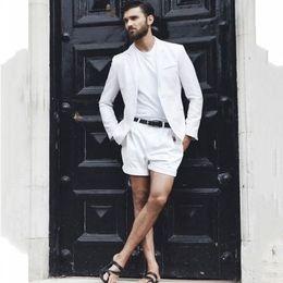 Белые серебряные короткие платья онлайн-Белый случайный мужской костюм брюки короткие мода летний пляж свадебный костюм мужское платье жених танцевальный костюм 2 шт.
