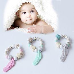 Giocattoli a uncinetto online-Baby dentizione giocattolo in silicone formazione bambino braccialetto dente gomma crochet piuma da masticare giocattolo regali perline ciuccio
