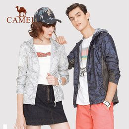 Ropa ligera de las mujeres online-CAMEL Summer Sun Protective Coat Jacket Mujeres Hombres Ropa UV Impermeable Senderismo Camping Outdoor Windproof Lightweight 2019
