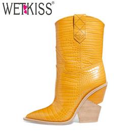 Calzado de vaquero online-WETKIS Nueva Moda En Relieve de Las Mujeres Botines Inusual Grueso Cuñas Calzado Occidental Botas Mujer Cowboy Mujer Primavera 2019