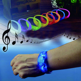Voz de vibração on-line-Voice Activated Decoração do casamento Sound Control Flashing Silicone Led Bracelet Vibration Control Bangle Natal de Ano Novo