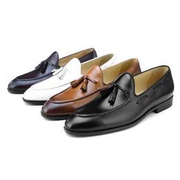 bff8276812a943 Mode Britannicité Mocassins Occasionnels Chaussures De Mariage Pour Hommes  Véritable Chaussures Habillées En Cuir Mâle Marié Chaussures Avec Un Pompon