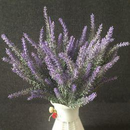piante artificiali viola Sconti Fiore artificiale di plastica decorativo dei fiori della lavanda della Provenza porpora blu romantica delle piante acquatiche per la decorazione domestica di nozze