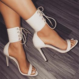 7314374925db85 Sommer High Heels Lace Up Sandalen Frauen Sexy Serpentine Schwarz Weiß  Schuhe Damenmode Offene spitze Kreuz Riemchen Stiletto Sandalen