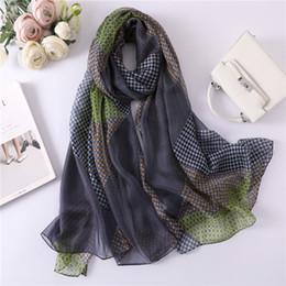 fbca51d47e20 2019 nouvelle écharpe en soie d été pour les femmes longue taille châle  femme enveloppe bandana foulard hijabs imprimer étoles de plage douces