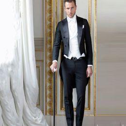 Traje negro Hombres Trajes Novio Boda Esmoquin Usar formal Mañana Fiesta Chaqueta larga 3 piezas Traje de época Homme Italiano Terno masculino desde fabricantes