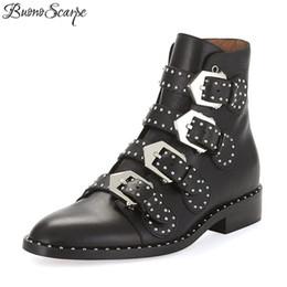 BuonoScarpe Rivet Boots in vera pelle nera Donna Punta a punta Fibbia in metallo Stivali da moto Stivaletti alla moda donna Stivaletti punk