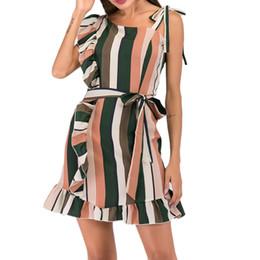 2019 уникальные ремни Многоцветный полосатый оборками на шею без рукавов мини-платье с поясом женщины лето сексуальное вечернее платье ремни уникальный дизайн скидка уникальные ремни