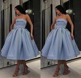 2019 vestidos de chá azul royal blue Barato Strapless Homecoming Vestido Simples Curto Vestido de Baile Comprimento Chá Azul Cetim Cocktail Party Dresses Custom Made desconto vestidos de chá azul royal blue