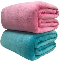 colchas azuis claras Desconto Super Macio Coral Cobertor de Lã 220gsm Peso Leve Sólida Rosa Azul Da Pele Do Falso Mink Throw Cobertura Do Sofá Colcha De Flanela Cobertores