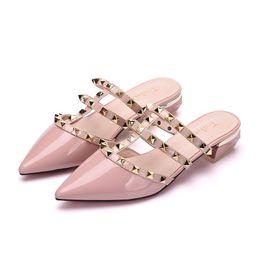Comprar sapatos rosa on-line-Sandálias rebitadas, sapatos simples, apontou sapatos de saltos grossos de salto baixo na moda (compre 10 e envie um óculos)