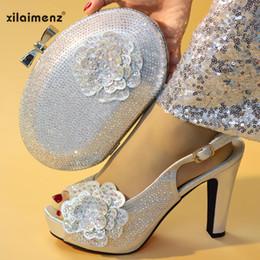 Scarpe e borse da donna color nigeriano color argento abbinate a set  decorati con strass e scarpe da sposa italiane 77ce113ac57