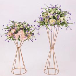 Vasi d'oro online-10 pezzi vasi oro / fiore bianco stand 70 cm / 50 cm metallo strada piombo centrotavola matrimonio fiori cremagliera per la decorazione del partito evento