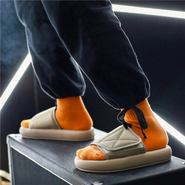 Zapatillas de suela suave de los hombres online-Moda Hombre Zapatillas New Kanye West verano sandalias planas de los deslizadores de la playa de las chancletas de los zapatos de los hombres al aire libre diapositivas suave Único