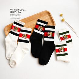 Medias de cabeza online-cabeza del tigre de la moda del bordado calcetín rojo Negro Rayado Deportes Skateboard medias de los calcetines de los pares transpirable mitad de la mitad de algodón SCOK 2020