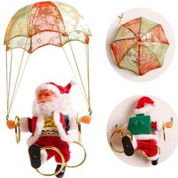 Pingente elétrico on-line-Elétricos Papai Noel do Natal Brinquedos de suspensão rotação Parachute Ligue Musical Festa Toy elétrica Pingente Criança Supplie New TTA2134
