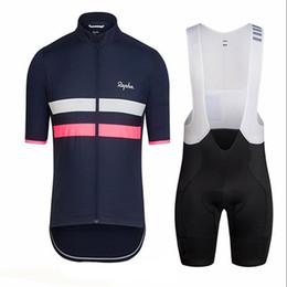 kit de ciclo profesional Rebajas Hombres Ciclismo Jersey Set 2019 Rapha pro Team tops de bicicleta kits de pantalones cortos de verano Transpirable MTB bicicleta Ropa Uniforme de Deportes al aire libre Y051502