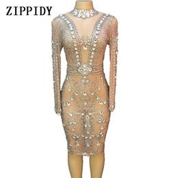Trajes de cantantes online-Vestido de malla de los cristales de plata brillantes Vestidos de fiesta de la noche de cumpleaños Celebran el traje Cantante femenina Vestido de la demostración