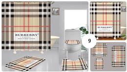 Baños a medida online-De gama alta letra de la manera personalizada impresión cortina de ducha impermeable multi-función abarca cortina asiento del inodoro Conjunto 3piece Baño Accessorie