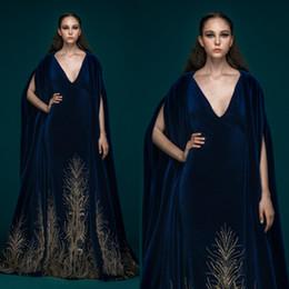 bata de terciopelo azul Rebajas Saiid Kobeisy Vestidos de noche de terciopelo azul oscuro con envolturas con cuello en v Bordado Vestidos de baile más Szie Vestido de fiesta personalizado Vestidos de fiesta