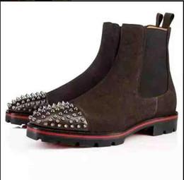 botas de tendência de inverno Desconto Top de Luxo Da Moda Tendência Homens Spikes Ankle Boot Camurça De Couro Genuíno Com fundo Vermelho Rebite Decorativo Outono Inverno Retro Botas Botas Cavaleiro