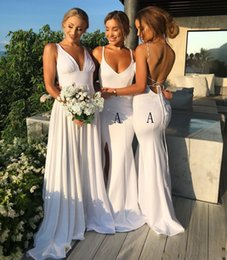 Desenhos simples de vestidos de noite on-line-Simples branco Design Sereia da dama de honra vestidos longos 2020 Side Dividir Sexy Backless vestidos de noite festa de formatura baratos Moda Wear