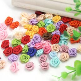 Fiori rossi rosa di tessuto online-100pcs / lotto mini handmade rosette del nastro del rosone del raso appliques del fiore del tessuto per la decorazione di cerimonia nuziale accessori di cucito del mestiere