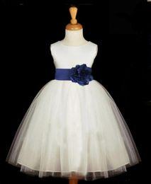 Faja de princesa para niños pequeños online-Blanco con Royal Blue Sash Vestidos de niña de flores de tul baratos 2019 Princess A Line Sin mangas Vestido de primera comunión para niños pequeños