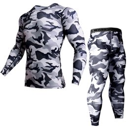 2019 lindo peito negro Conjunto abrangente de treinamento para homens Ginásio Roupas masculinas Camuflagem T-shirt Compressão Trecho apertado Roupas esportivas