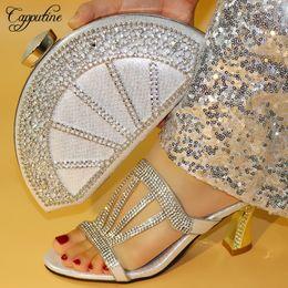 2019 bolso de los zapatos de la boda del rhinestone del oro Capputine New Gold Color Italian Pumps Set de zapatos y bolsos decorados con diamantes de imitación Nigerianos, zapatos y set de set para la boda de las mujeres bolso de los zapatos de la boda del rhinestone del oro baratos