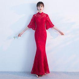Traditionelles chinesisches brautkleid online-Neue rote cheongsam meerjungfrau hochzeitskleid chinesischen traditionellen hochzeitskleid spitze qipao sommer frauen sexy blumen braut traditionen