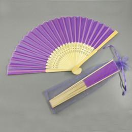 Sacchetti di bambù online-Ventaglio di bambù di seta regalo di favore di nozze di colore solido ventilatore a mano ventilatore di bambù artigianale con sacchetto di filato regalo di nozze regalo giveaway
