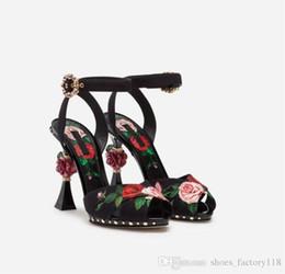 Deutschland 2019 Spring Collection - Bedruckte Rose High Heels, Blumensandalen mit rosafarbener skulpturaler Ferse, Schwarze Charmeuse Damen Pumps Versorgung