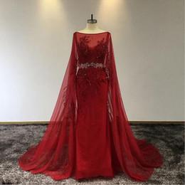 2019 chales rojos para vestidos Rojo del cordón de la vendimia Appliuqed sirena Prom Dresss de lujo con cuentas vestido de noche Con El Mantón largo del partido formal vestidos del desfile chales rojos para vestidos baratos