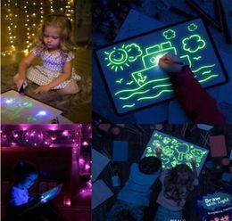 bambini di carta graffi Sconti Disegnare con la luce di divertimento e giocattolo magico del tavolo da disegno Draw educativo creativo casa luminoso fluorescente della scrittura a mano Consiglio incandescente pittura