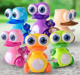 Pequenos animais de brinquedo on-line-Desenhos animados Wind Up patinhos Big Eyes Pato de pequenos brinquedos Crianças Wind Up animal Brinquedos Tamanho 8.5 * 7 * 8 cm misturar 6colors frete grátis