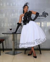 2019 abito bianco moderno 2019 Sexy abito da ballo bianco e nero tè lunghezza abiti da ballo moderno senza spalline brevi abiti da sera formale corsetto plus size sconti abito bianco moderno
