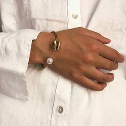 Braccialetto semplice della mano dell'oro online-Del polsino della perla di modo di Shell a mano Per Simple Gold donne braccialetto filo Aperto