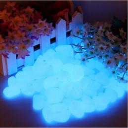 Flores artificiales de color azul oscuro online-100 unids / bolsa de grava para su jardín Yard Glow In The Dark Pebbles Piedras para el banquete de boda Adornos Maceta Decoración Azul