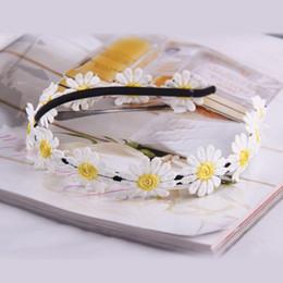 New Designer Piccola fascia per capelli crisantemo per le ragazze Accessori per capelli fascia Principessa Dress Flower Fascia per capelli White Daisy da accessori per capelli piccoli fiori bianchi fornitori