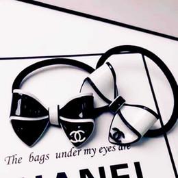 Bandas de pajarita blanca online-Moda negro blanco pajarita Hairband con letras dobles lazos del pelo elástico bandas de goma del pelo para las mujeres de la joyería del pelo soporte mezcla