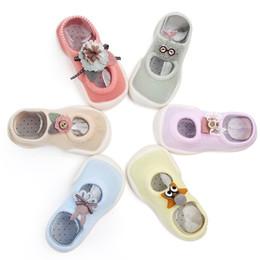2019 nuevos calcetines de piso de dibujos animados para interiores antideslizantes para bebés calzados de fondo suave para bebés y niños calcetines para niños pequeños desde fabricantes