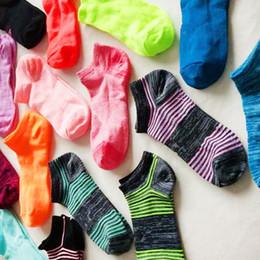 Zapatillas de futbol online-Calcetines tobilleros para mujer Zapatillas de verano UA Under Football Calcetines Chicas Marca de corte bajo Sock Sports Skateboard Sock ua stocking