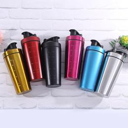 Shaker cups online-Edelstahl Kreative Shaker Tasse Reine Farbe Vakuum Isolation Tumbler Mit Skala Outdoor Camping Sport Wasserkocher 17hx Ww
