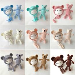 Juegos de muñecas niño niña online-Bebé recién nacido accesorios de Foto Accesorios Oso Sombrero + Muñeca 2 unids conjuntos bebé Bebe Boy Girl Toy Bonnet hecho a mano J190517