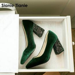 2019 calcanhar glitter borgonha Atacado veludo clássico mulher bombas sapatos verde Borgonha estiletes glitter bling bloco de salto alto mulheres sapatos tamanho calcanhar glitter borgonha barato